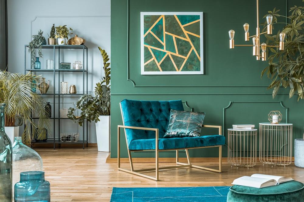 Bunt gestrichenes Wohnzimmer, dunkles Farbkonzept