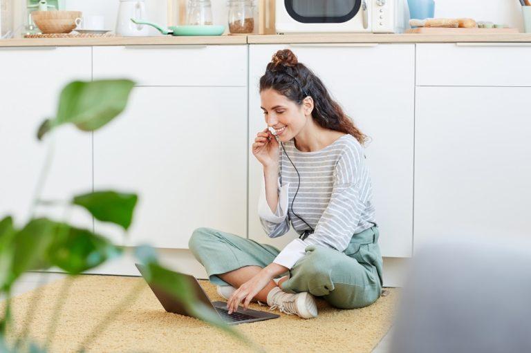 Ferienwohnung inserieren, Frau bei der Inserierung am Laptop