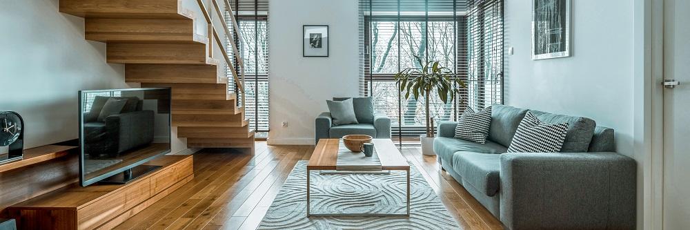 Holzdielen Wohnzimmer mit Couch und Holzstufen