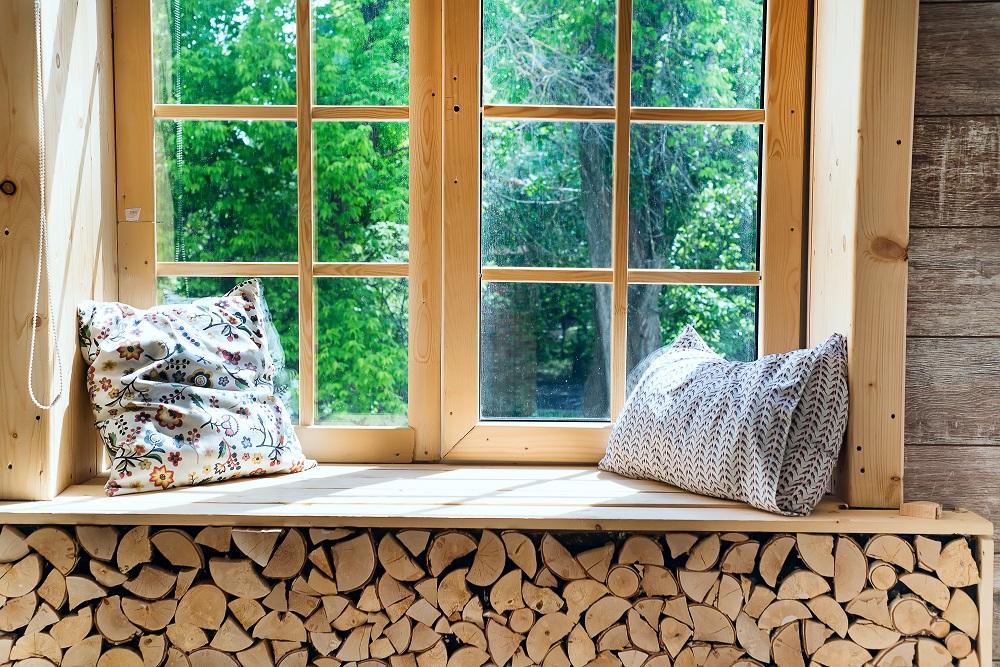 Nachhaltige Ferienwohnung mit Holzkamin, Fenster mit Sitzkissen auf der Fensterbank
