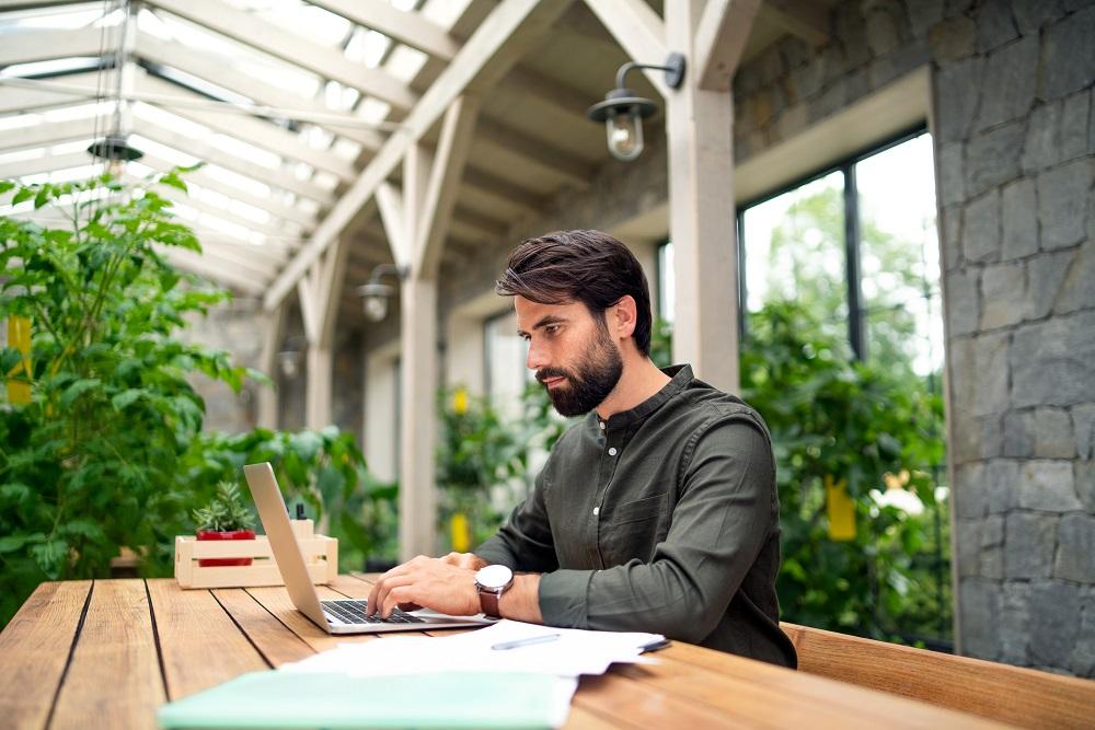 Ferienwohnung inserieren, Mann am Laptop