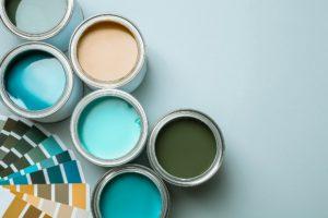 Farbtöpfe und Farbfächer für das richtige Farbkonzeot einer Ferienwohnung