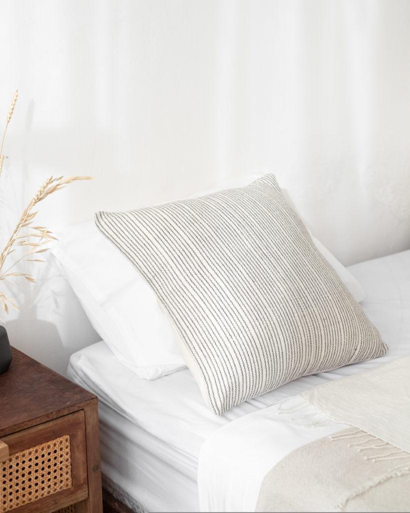 Schalfzimmer mit heller Baumwollbettwäsche von atisan