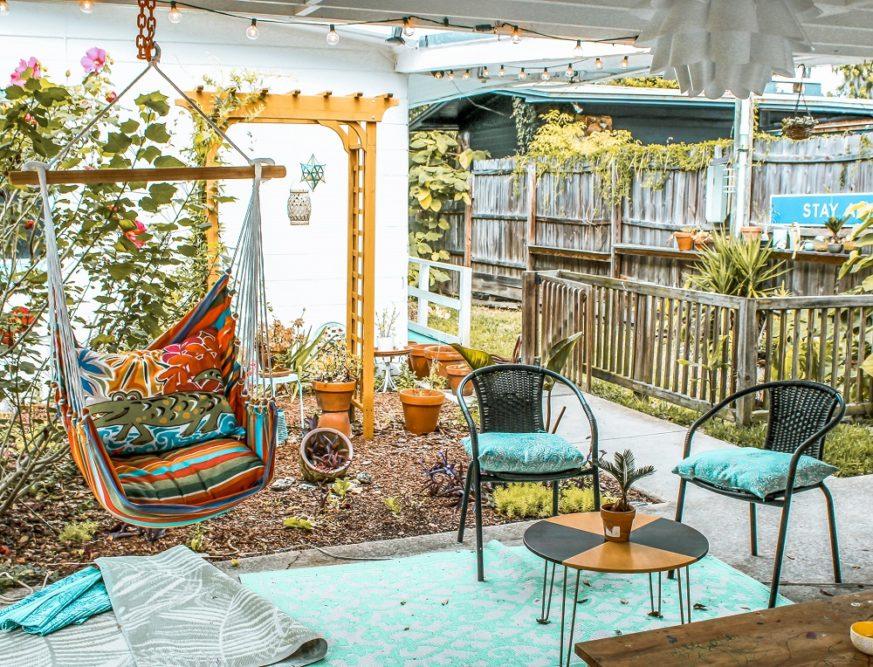 Außenbereich einer Gerienwohnung, butn gestaltet mit Fließen und Hängesessel