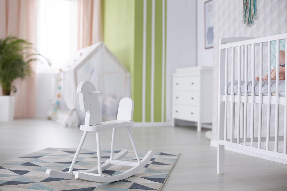 Kinderzimmer in weiß mit grün und rosa Vorhängen