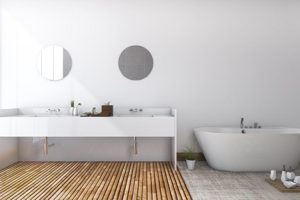 Bad einer Ferienwohnung mit Badewanne und weißem Waschtisch