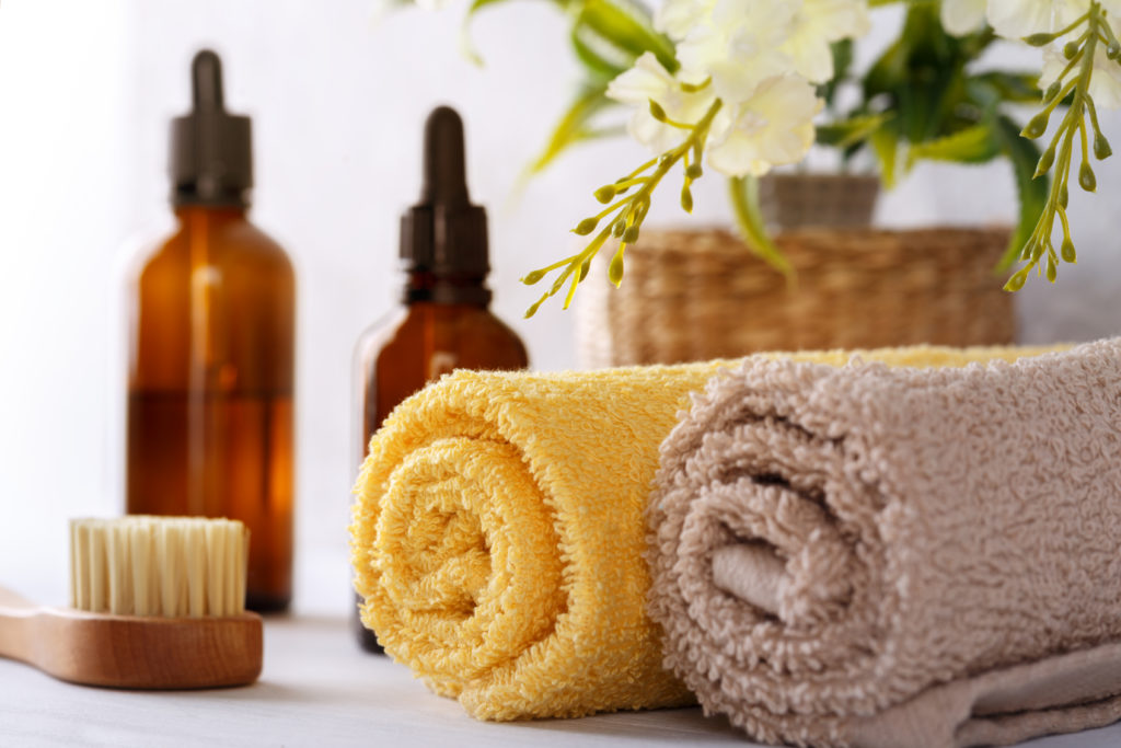 Handtücher, Bürste, Kosmetik in einem Badezimmer einer Ferienwohnung