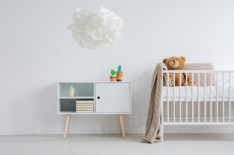 Kinderzimmer einer Ferienwohnung minimalistisch mit Krippe und Komode