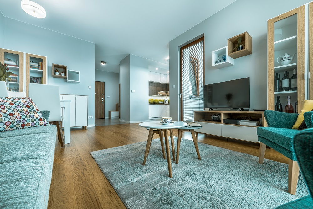 Lamiantboden in Wohnzimmer mit Couch, Tisch und Teppich