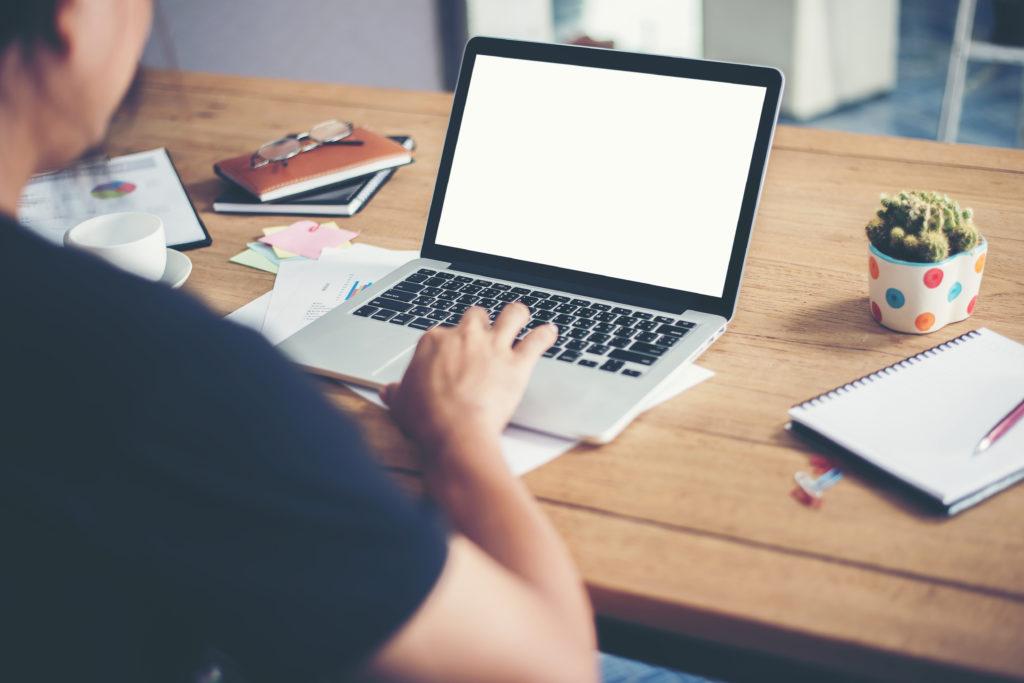 Ferienwohnung inserieren auf Online Plattformen, Frau vor dem Laptop
