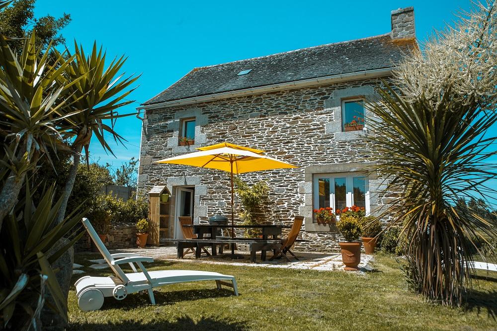 Nachhaltiges Hotel in Frankreich, Sonnenschirm und Liegen