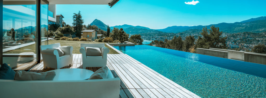 Pool in einem Berghotel, nachhaltigkeit beim Reisen