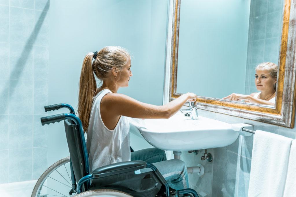 Rollstuhlfahrerein am Waschecken, Barrierefreiheit in der Ferienwohnung