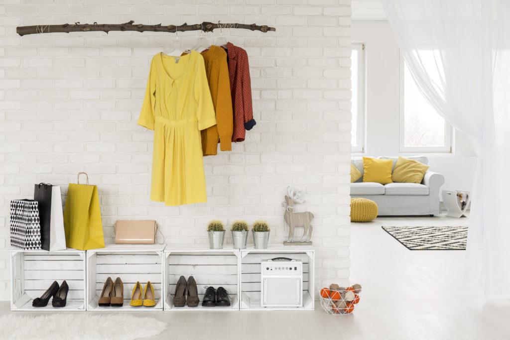Eingangsbereich Ferienwohnung, Kleiderstande aus Ast