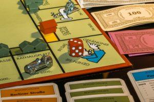 Spieleabend in der Ferienwohnung, Nahaufnahme Monopoly