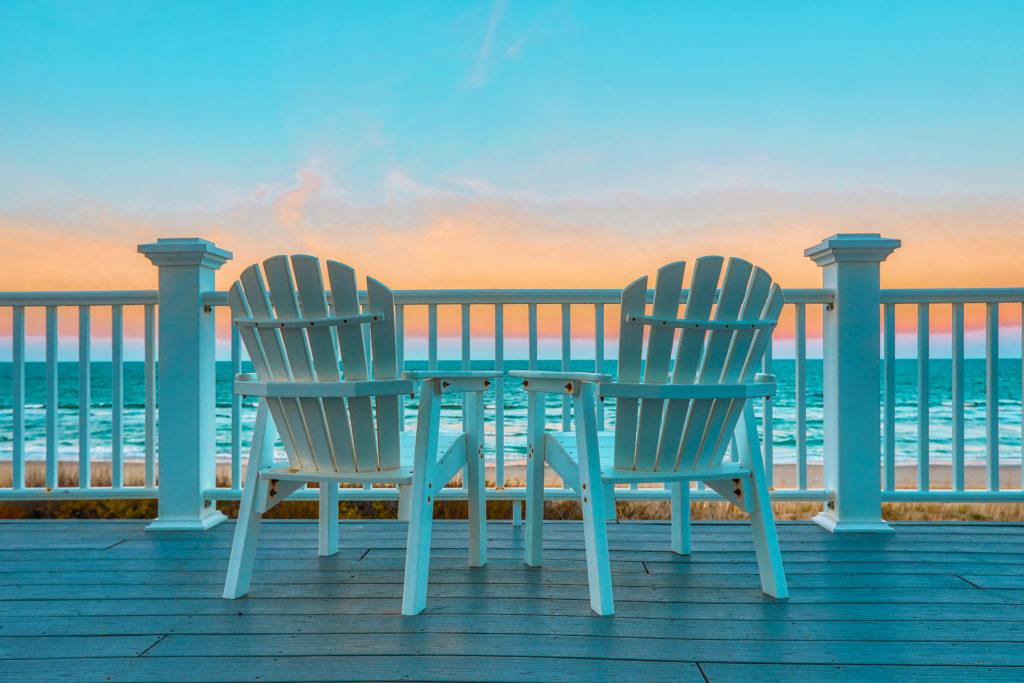 nachhaltiger Toruismus, weiße Holzstühle auf Deck